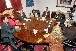 Presidente de la Junta y consejera de Agricultura se reúnen con el sector de la chirla