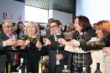 Mar Moreno y Clara Aguilera inauguran el Museo del Aceite de Oliva de Mengíbar