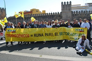 Miles de personas convocadas por Coag dicen 'No'  a los transgénicos ante el Parlamento de Andalucía