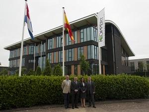 Koppert Biological Systems coopera con la localidad murciana de Águilas y la localidad holandesa de Lansingerland.