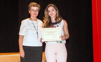 Ana María Huertas recibe el premio al proyecto Fin de Carrera que otorgan los ingenieros agrícolas de Almería