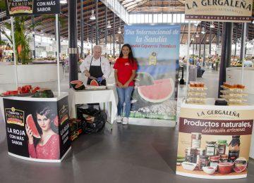 Caparrós celebra el Día Internacional de la sandía degustando su producto Premium