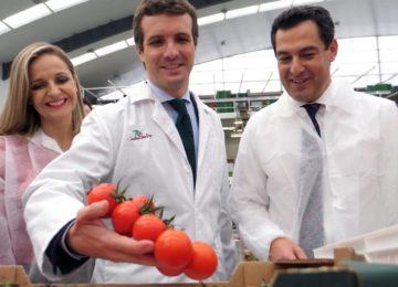 Moreno promete crear un centro de investigación agroindustrial en Almería para reconocer su liderazgo en el sector