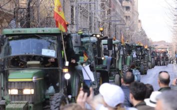 Una multitudinaria tractorada reclama soluciones para el campo y precios justos en origen en Granada capital