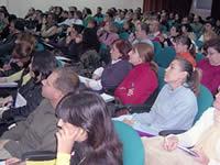 Asistentes al encuentro en el Salón de Actos del CEP. A.A
