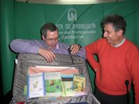 Miguel A. Quirantes junto a Buendía y su inseparable maleta