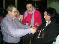 Buendia atiende a unas profesoras tras la sesión