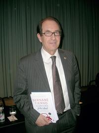 Benabé Tierno con su libro