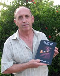 El autor con su segunda obra,