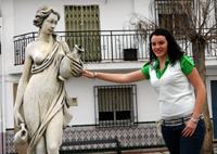 Ana Mª en una plaza de Fornes, su pueblo natal