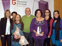 La directora del CEI Río Ebor y familiares junto a la galardonada