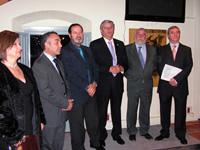 Ángel Cobo (dcha) y representantes de la Fundación