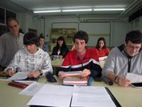Patricio (centro) junto a varios compañeros y su profesor de Química