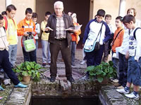 Ricardo Ruiz y un grupo del CEIP F Ayala en el Palacio de Daralhorra