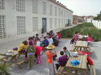 Grupo de escolares en el exterior del secadero-museo