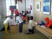 Una monitora de Ciempies SCA con un grupo de visitantes