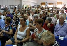 Vista del salón de usos múltiples con el numerosísimo público asistente