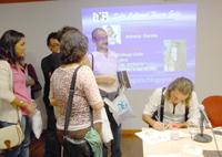 El autor firma ejemplares de la obra presentada