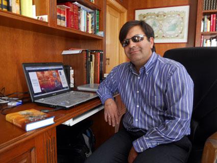 José Soto, junto al ordenador en el que ha escrito