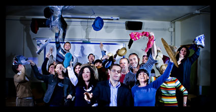 El personal de la EOI de Granada lanzando los sombreros