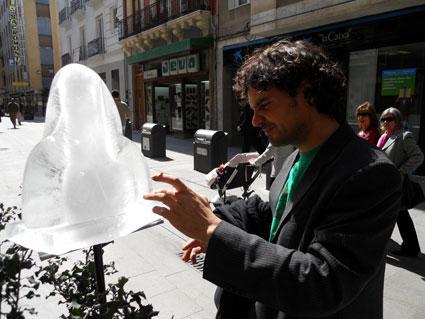 El alumno de primer curso del Ciclo de Artes Aplicadas a la Escultura en la calle Alhóndiga