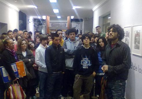 Francis Porcel realiza una visita guiada a la muestra / E. PÉREZ