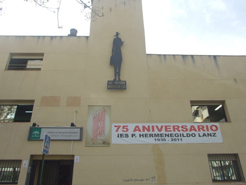 La autocaricatura de Hermenegildo Lanz colocada en una de las fachadas del IES