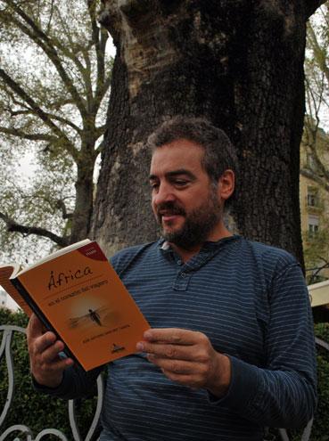 El autor con su libro, en una plaza granadina