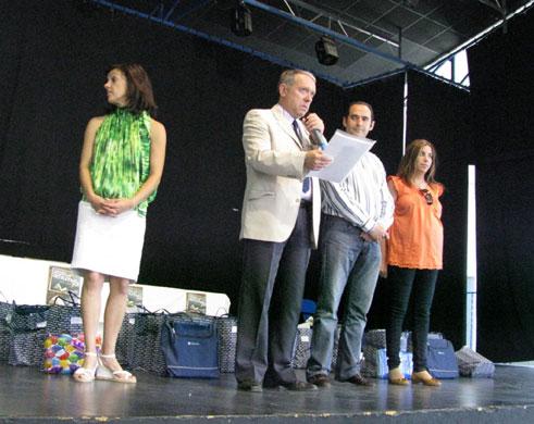 Gemma Penélope (directora del CEIP San Francisco -con blusa verde-), Luis Gerardo Ortiz (coordinador del certamen en Cájar), Fidel Prieto (Alcalde) y Mónica Castillo de la Rica (Concejala de Educación).