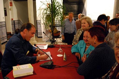 Juan Chirveches dedica ejemplares a los asistentes