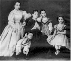El músico en compañía de su madre y hermanas
