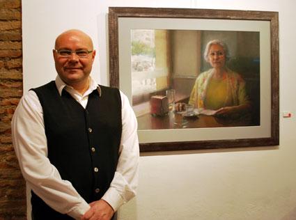 El pintor junto a su obra dedicada a su amiga Rosario
