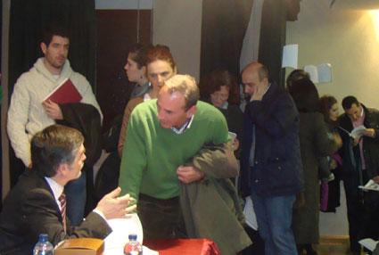 Rodríguez Titos firma ejemplares tras la presentación