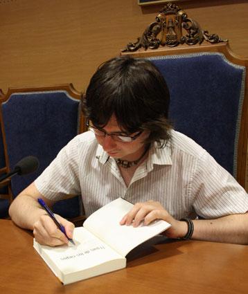 Cerdán firma ejemplares de El país de los ciegos