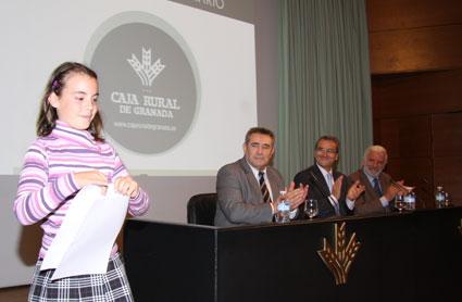 Nerea Cuadros, del CEIP Ramón y Cajal de Ogíjares, recoge su premio