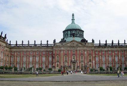 Todos los días se forma largas colas frente al Palacio de Sanssouci