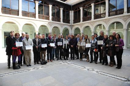 Los coordinadores de los proyectgos seleccionados en el patio de la Delegación de Educación (Granada)