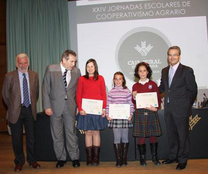 Nerea, Ana y Alba, junto al presidente de Caja Rural de Granada, Antonio León, y otros representantes
