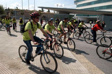Participantes en la EcoMarcha 2011 a su paso por la Diputación granadina