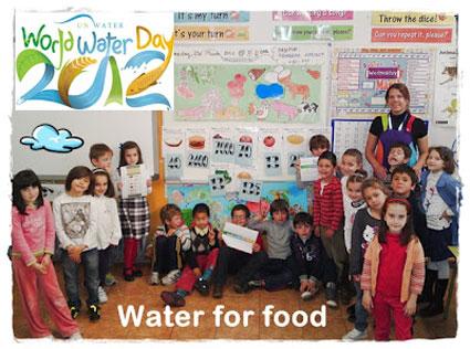 La maestra con un grupo de alumnos en la celebración del Día Mundial del Agua