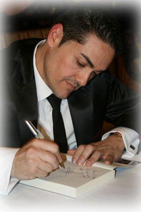 El autor dedica un ejemplar de su primera novela