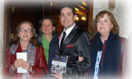 Varias lectoras se hacen una foto con Daniel Segovia