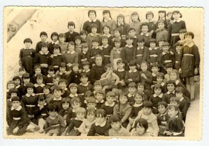 De cuando los colegios estaban separados por sexos. Grupo escolar femenino de Játar (Granada). Maestra Doña Antonia, hacia 1958