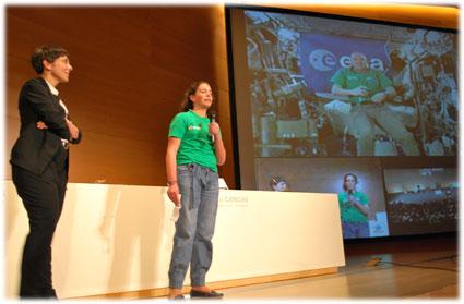 Carolina Márquez, del IES Alhama, formula la primera pregunta