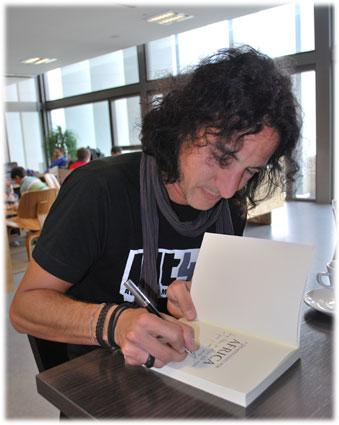 Mario dedica su libro al autor de esta entrevista