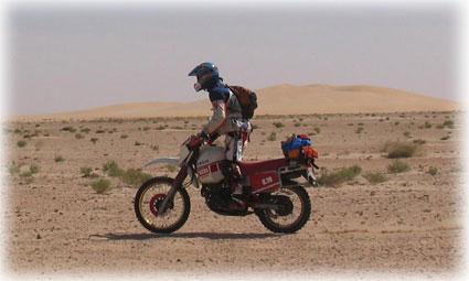 Mario subido en su Yamaha en su periplo africano