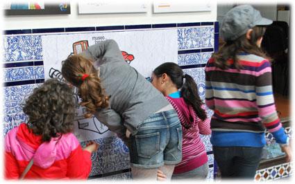 Alumnas del Colegio Cristo de la Yedra dan color a una de los murales de Juan Zívico relacionado con el trabajo de los periodistas