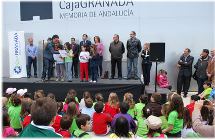 Escolares del CEIP Tierno Galván leen la declaración en Defensa de la Vega al pie del Museo de la Memoria