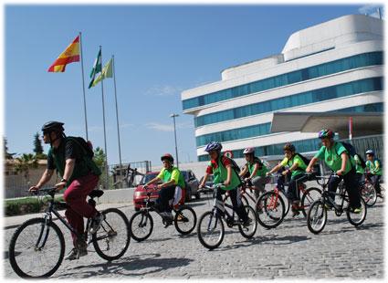 Un grupo participante en la III Cicloruta urbana sale desde la sede de la Diputación Provincial