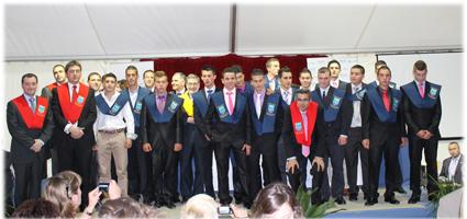 Imagen de familia de uno de los grupos graduados
